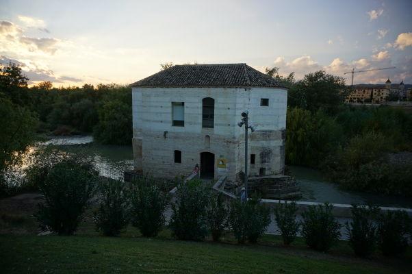 Jeden z vodných mlynov pri Rímskom moste na rieke Guadalquivir v Córdobe