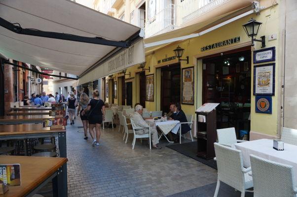 Reštaurácie v uličke Calle Moreno Monroy v Málage