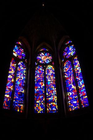 Moderné vitrážové okná katedrály Notre-Dame v Reims