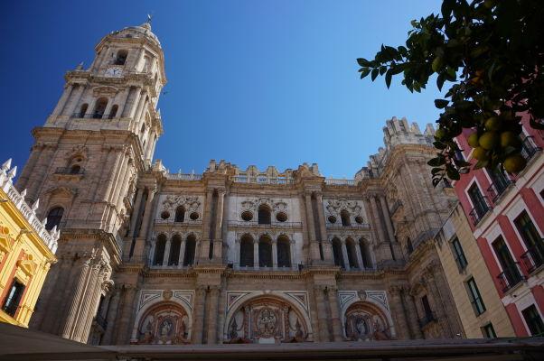 Katedrála v Málage s nedokončenou južnou vežou (vpravo)