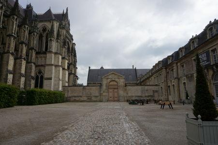 Nádvorie medzi katedrálou Notre-Dame v Reims (vľavo) a Palácom Tau