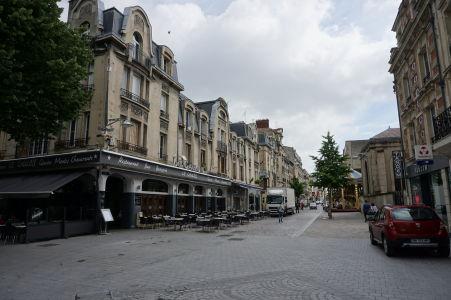 V Reims nájdete mnoho peších zón a príjemných uličiek s obchodíkmi a kaviarňami - námestie Place Drouet d'Erlon