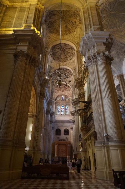Bočná loď katedrály v Málage s typickými kupolami a vysokými stĺpmi