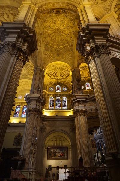 Katedrála v Málage a jej vysoké korintsko-iónske stĺpy