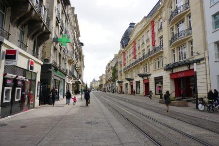 V Reims nájdete mnoho peších zón a príjemných uličiek s obchodíkmi a kaviarňami - Rue de Vesle