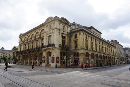 Grand Théâtre de Reims alebo aj jednoducho Opéra je krásna budova z 19. storočia pripomínajúca typické talianske operné stavby