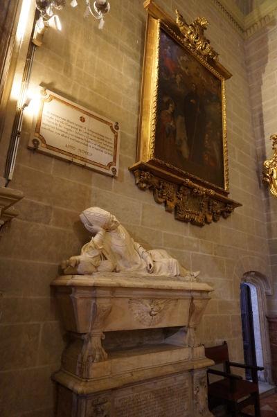 Jeden zo sarkofágov v kaplnke sv. Františka v katedrále v Málage