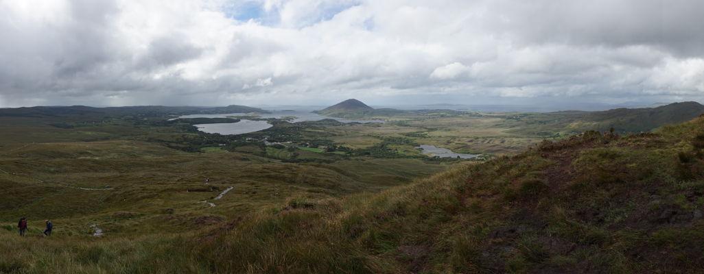 Pohľad z Diamantovej hory (Diamond Hill) na západné pobrežie Írska a Atlantik a taktiež mestečko Lettefrack v národnom parku Connemara National Park