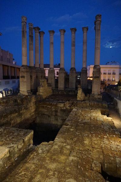 Rímsky chrám v Córdobe v noci