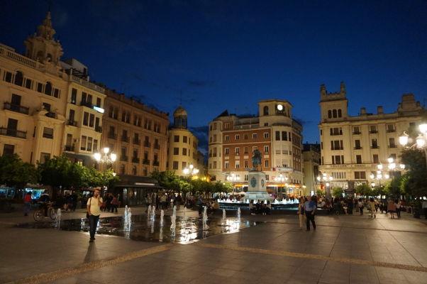 Námestie Plaza de las Tendillas v Córdobe v noci