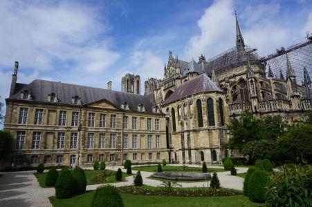 Palác Tau, v pozadí katedrála Notre-Dame v Reims