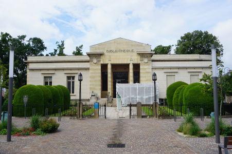Bibliothèque Carnegie de Reims - Mestská knižnica v štýle Art Deco bola otvorená v roku 1927 a stojí neďaleko katedrály Notre-Dame a paláca Tau