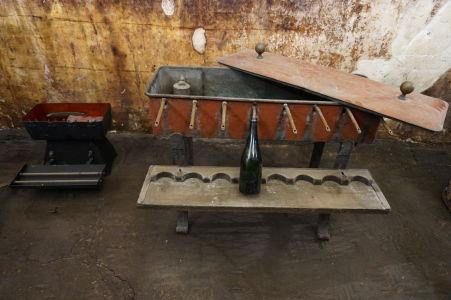 Vínna pivnica so šampanským v Reims - historické prístroje pre plnenie fliaš