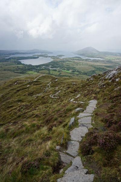 Pohľad z Diamantovej hory (Diamond Hill) na západné pobrežie Írska a mestečko Lettefrack (v strede) v národnom parku Connemara National Park