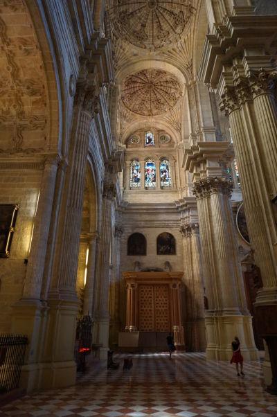 Bočná loď katedrály v Málage s vysokými stĺpmi a malými kupolami