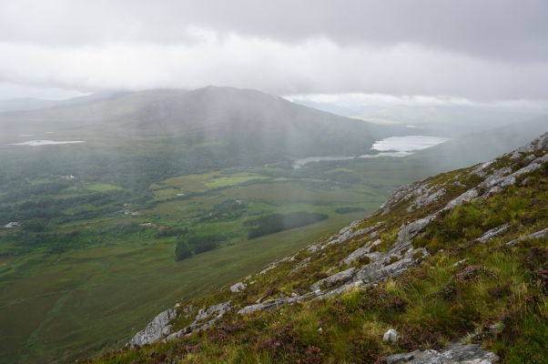 Pohľad z Diamantovej hory (Diamond Hill) na jazero Kylemore Lough v národnom parku Connemara National Park v Írsku - v diaľke zhruba uprostred je vidieť kláštor Kylemore Abbey