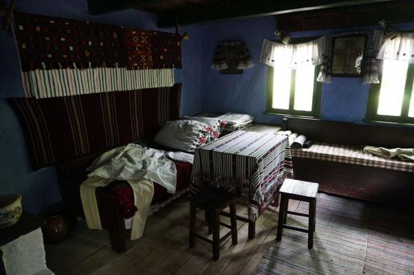 Interiéry dreveného domčeka v skanzene v Sibiu
