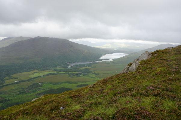 Pohľad z Diamantovej hory (Diamond Hill) na jazero Kylemore Lough v národnom parku Connemara National Park v Írsku - v diaľke je vidieť kláštor Kylemore Abbey