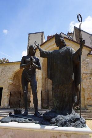Socha sv. Remigia - biskupa, ktorý pokrstil prvého franského kráľa Chlodovika I.
