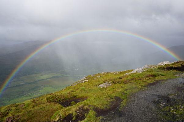 Pohľad z vrcholu Diamantovej hory (Diamond Hill) na okolité kopce v národnom parku Connemara National Park v Írsku