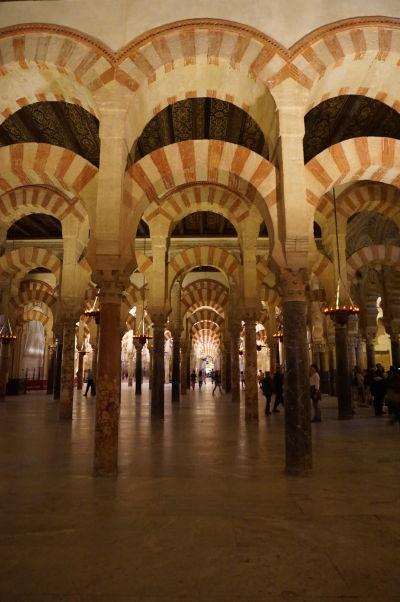Červeno-biele pruhované oblúky typické pre Mešitu-katedrálu (Mezquitu) v Córdobe