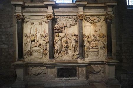 Bazilika sv. Remigia v Reims - Reliéf vyobrazujúci krst prvého francúzskeho kráľa Chlodovika I.