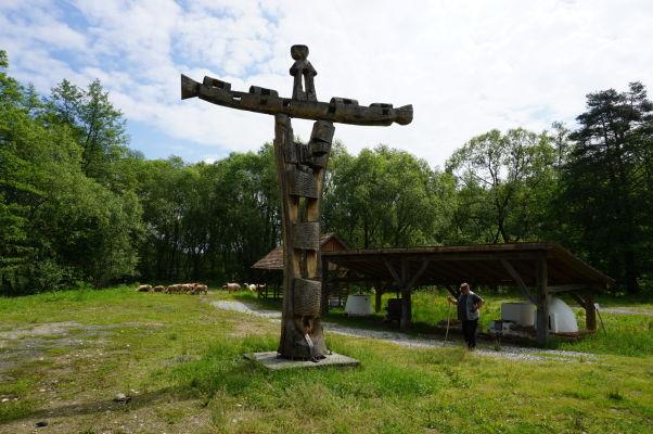 Kríž a pastier s ovcami v skanzene v Sibiu