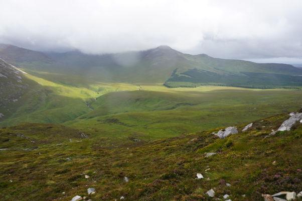 Pohľad z Diamantovej hory (Diamond Hill) na okolité kopce v národnom parku Connemara National Park v Írsku