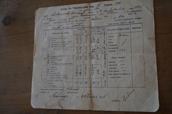 Takmer sto rokov staré vysvedčenie v drevenej škole v skanzene v Sibiu