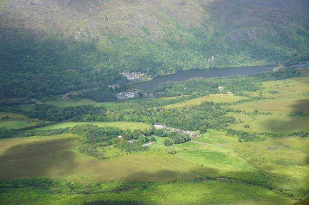 Pohľad z Diamantovej hory (Diamond Hill) na jazero Pollacapall Lough a kláštor Kylemore Abbey v národnom parku Connemara National Park v Írsku