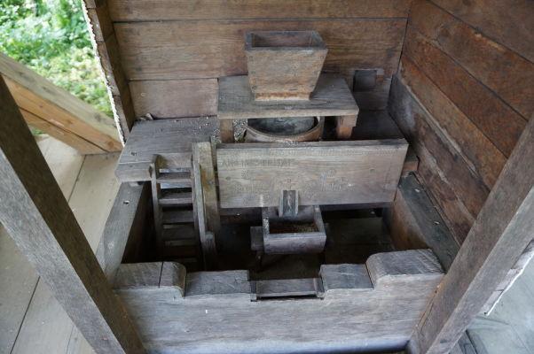 Model zariadenia poháňaného vodným mlynom v skanzene v Sibiu