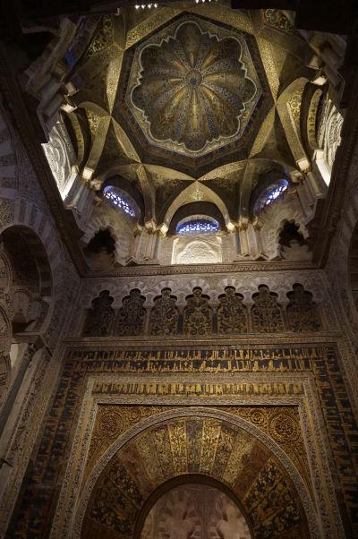 Mihráb (výklenok ukazujúci smer k Mekke) a zdobený strop nad ním v Mešite-katedrále (Mezquite) v Córdobe