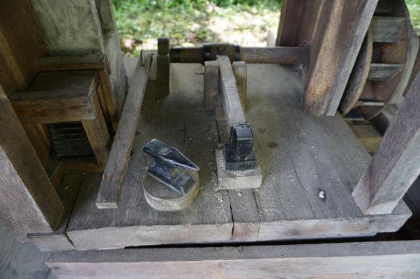Model zariadenia (kováčskeho kladiva) poháňaného vodným mlynom v skanzene v Sibiu