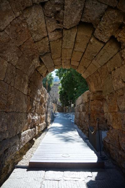Jeden z príchodzích tunelov k scéne rímskeho divadla v Málage