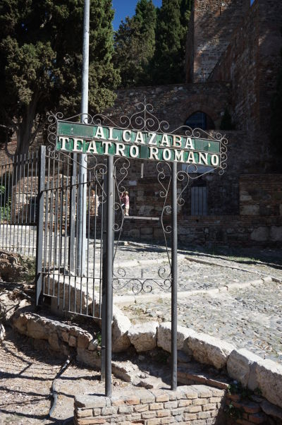 Ulička vedúca popri rímskom divadle k pevnosti Alcazaba