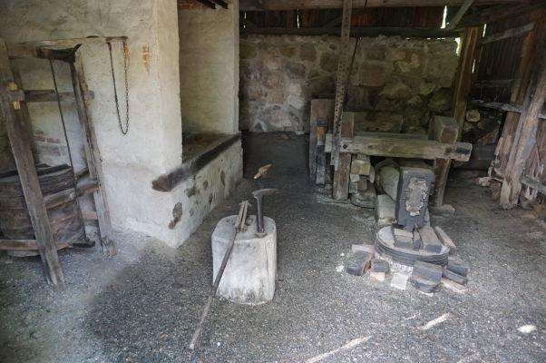 Kováčske kladivo poháňané vodným mlynom v reálnej veľkosti v skanzene v Sibiu
