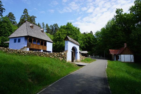 Dom bohatého zlatníka v skanzene v Sibiu na prvý pohľad vyčnieva spomedzi ostatných skromných drevených domčekov