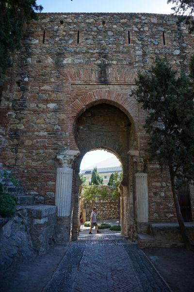 Použitie materiálu z rímskeho divadla je evidentné napríklad na tejto vstupnej bráne v Alcazabe v Málage - Korintské stĺpy s kanelatúrou podpoierajú maurský oblúk