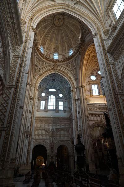 Kríženie hlavnej lode a transeptu v renesančnom kresťanskom chráme v Mešite-katedrále (Mezquite) v Córdobe