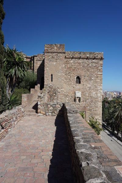 Jedna z veží a vnútorný obranný múr pevnosti Alcazaba v Málage