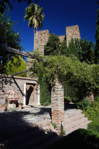 Veža pevnosti Alcazaba v Málage utopená v zeleni