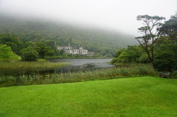 Jazero Pollacapall Lough a kláštor Kylemore Abbey v Connemare v Írsku