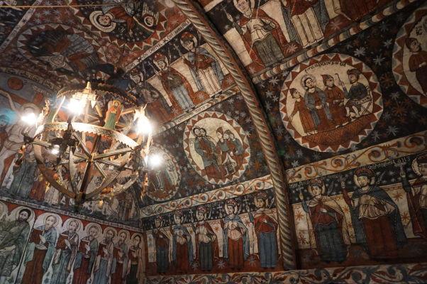 Krásne maľovaný interiér dreveného kostolíka v skanzene v Sibiu