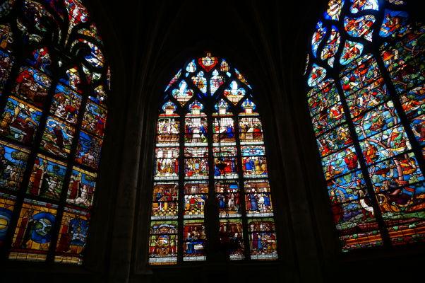 Farebné vitrážové okná v Kostole sv. Magdalény (Église Sainte-Madeleine) v Troyes