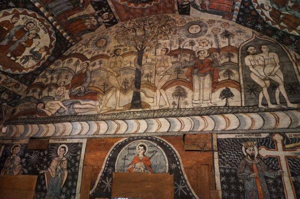 Krásne maľovaný interiér dreveného kostolíka v skanzene v Sibiu - rajská záhrada