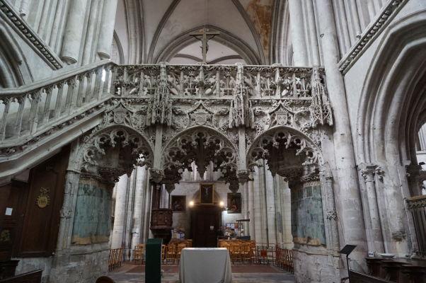 Bohato zdobený chór v Kostole sv. Magdalény (Église Sainte-Madeleine) v Troyes