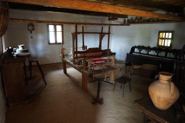 Interiéry dreveného domčeka v skanzene v Sibiu - tkáčsky stav