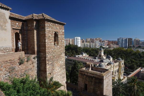 Výhľad z pevnosti Alcazaba v Málage na modernú časť mesta ležiacu pri mori