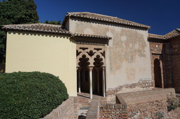 Palácová časť pevnosti Alcazaba v Málage nesie typické prvky maurskej architektúry