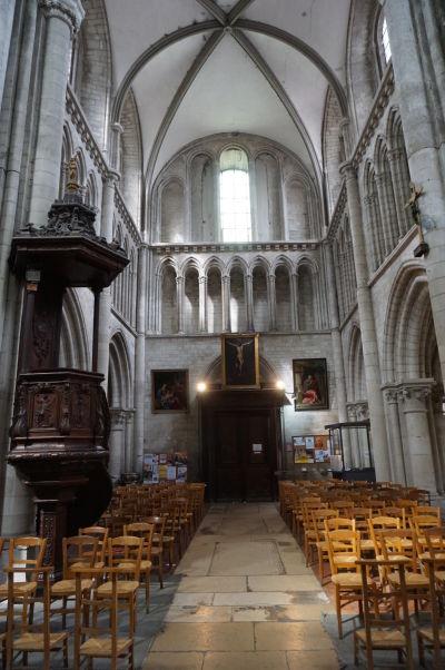 Hlavná loď a kazateľnica Kostola sv. Magdalény (Église Sainte-Madeleine) v Troyes
